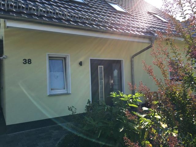 Eingangsbereich mit Hausnummer in RAL 7016 anthrazit