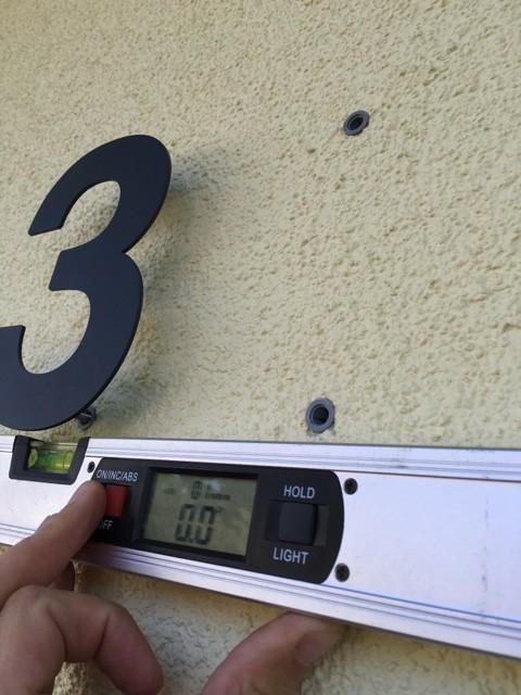 Neue Hausnummer - Zweite Ziffer befestigen