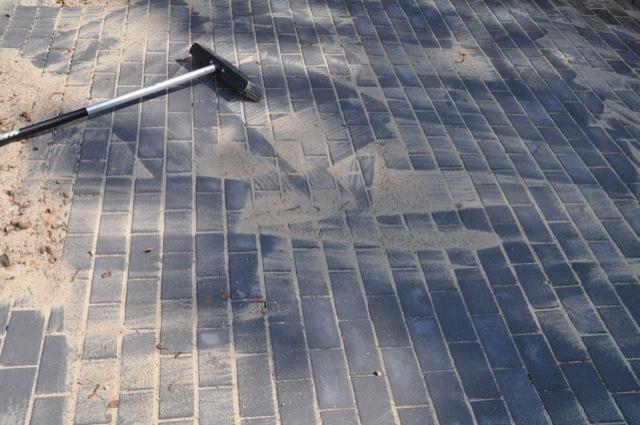 Pflastersteine auf der Terrasse mit Kies absanden