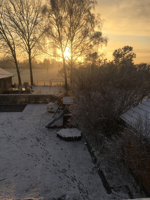 Aufgehende Sonne und Schneelandschaft am Morgen