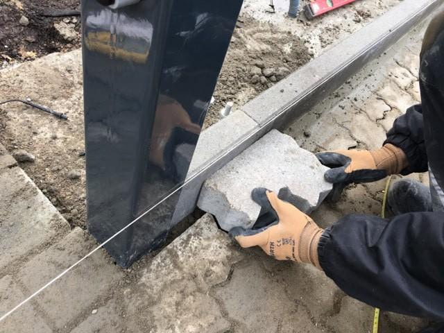 Alles muss passen: Pflastersteine werden zugeschnitten