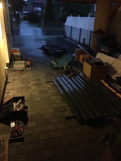 Material und Zaun lagern unterm Carport