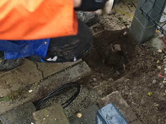 Reste vom alten Fundament und Torpfosten tauchen auf. Flex muss her.