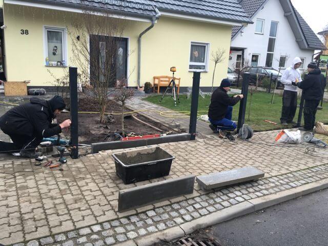 Hochbetrieb bei der Zaun-Montage