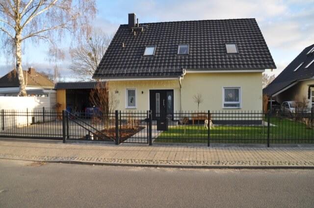 Farbe des Zaun ist anthrazit-grau - Farbton: RAL 7016
