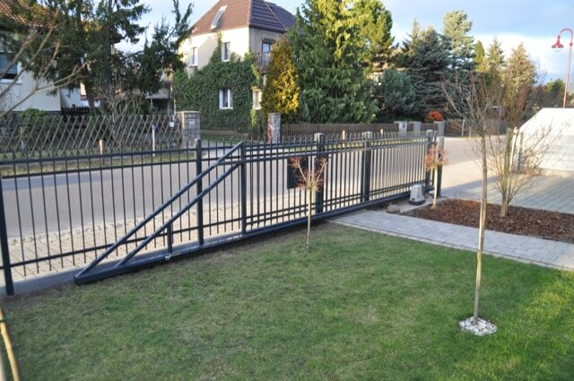Schiebetor ist geöffnet - Tor-Rahmen läuft hinterm Zaun innen entlang