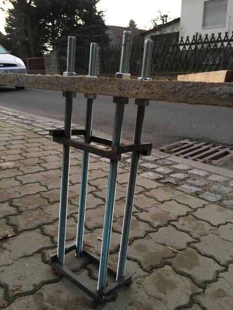 Verankerung des Schiebetor im Fundament bei der Zaun-Montage
