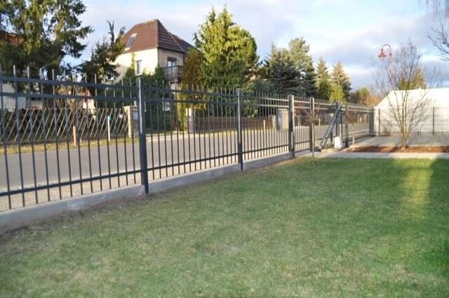 Zaun mit Blick vom Grundstück auf die Straße