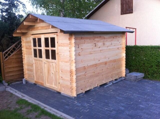 Blockhütte aus Holz - noch unbehandelt