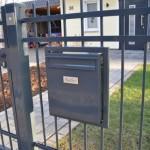 Briefkasten neben der Pforte am Eingangstor vom Zaun