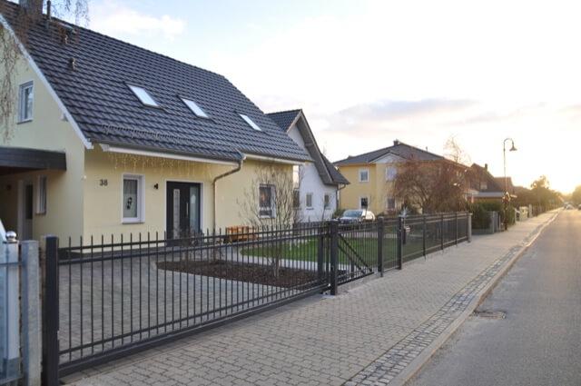 Unser Einfamilienhaus mit dem schmiedeeisernen Zaun aus Polen