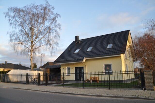 Einfamilienhaus samt Zaun aus Polen von Metal Art