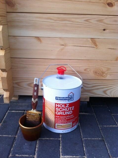 Gartenhaus malern - zuerst Holzschutz auftragen