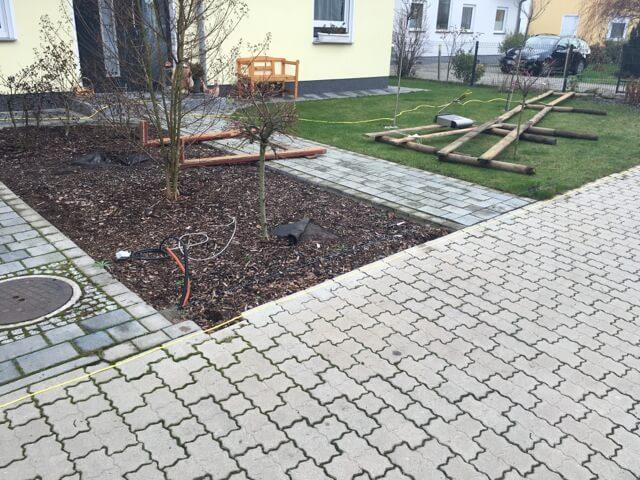 Strassenseite unseres Grundstück - Der Zaunbau beginnt
