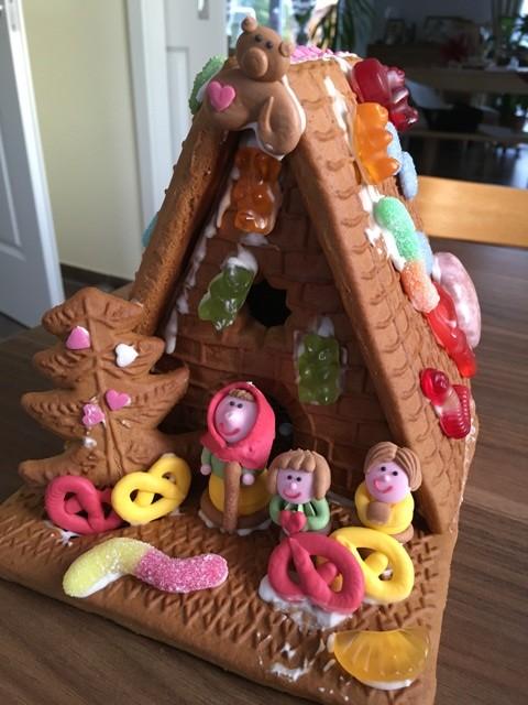 Hänsel und Gretel - Haus mit Gummitieren an Weihnachten
