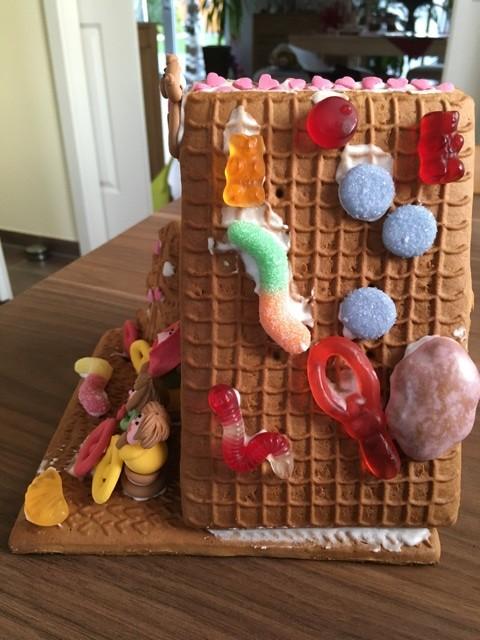 Von der Seite: Hexenhaus an Weihnachten mit Gummibären