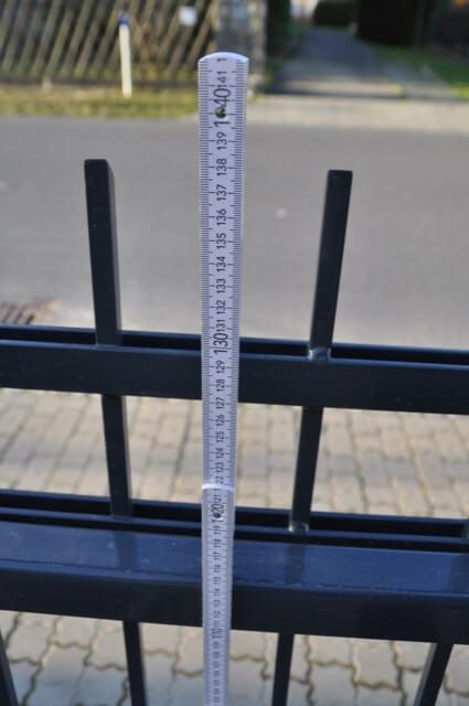 Höhe Zaun - Knapp 1,40 Meter. Stäbe der Zaunfelder sind 1,20 Meter hoch