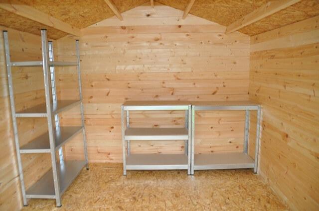 Innenraum vom Gartenhaus mit einfachem Regalsystem aus dem Baumarkt