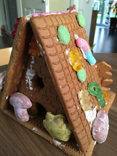 Von hinten: Lebkuchenhaus an Weihnachten
