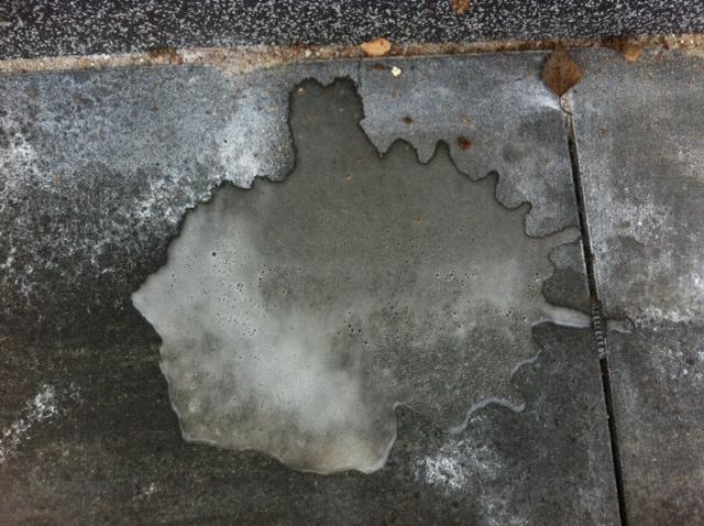Salzsäure auf Beton-Platten der Terrasse