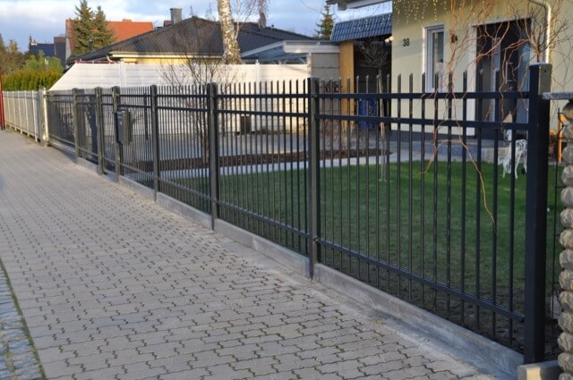 Strassenseite des Grundstück hat jetzt seinen Zaun