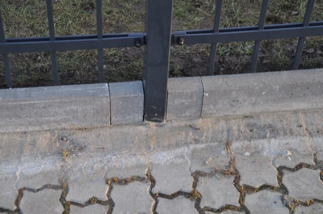 Übergang von den Rasenkanten zum Gehweg und Pflaster ist ordentlich mit Beton gefüllt