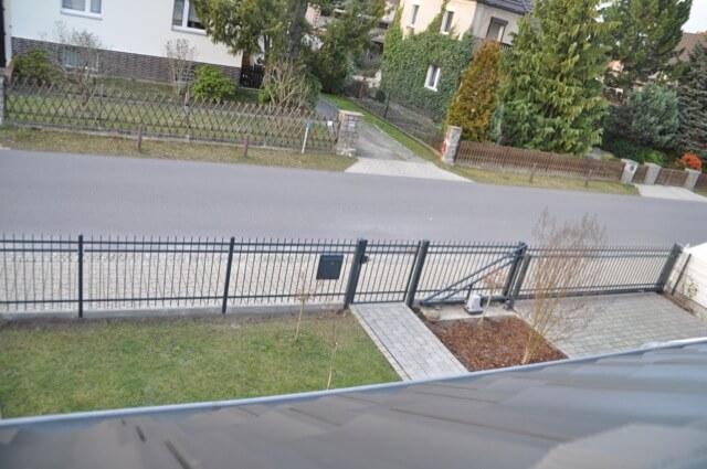 Zaun von oben- Blick aus dem Dachfenster