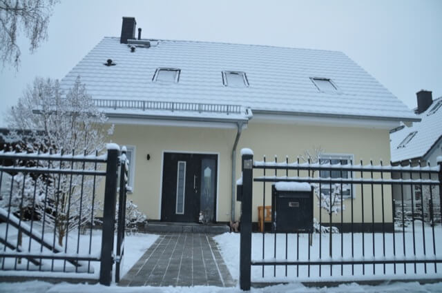 Haus-Eingangs-Weg im Winter