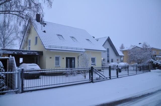 Unser Haus samt Zaun im Schnee