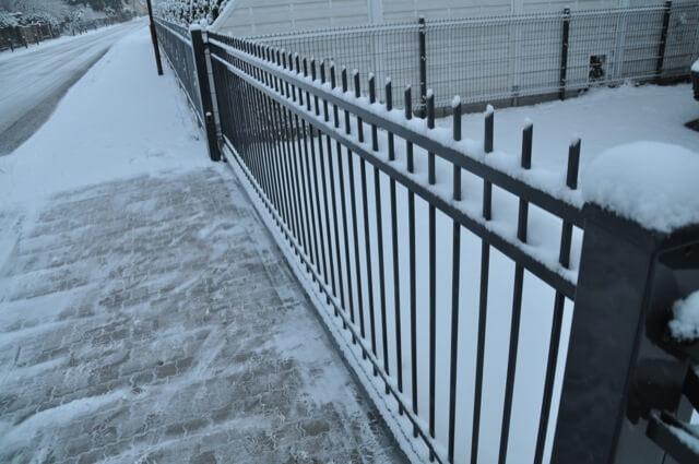 Schiebetor im Winter mit Schnee