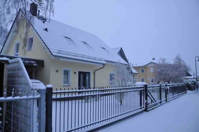 Schmiedeeiserner Zaun mit Schnee im Winter