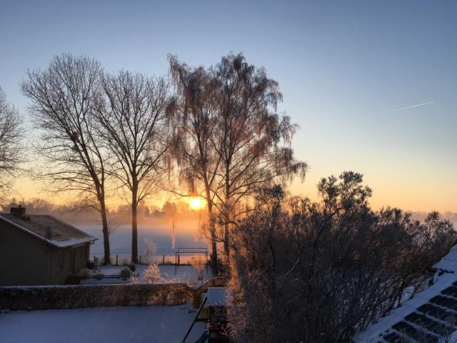 Blick vom Grundstück: Sonnenaufgang im Schnee in Neuenhagen