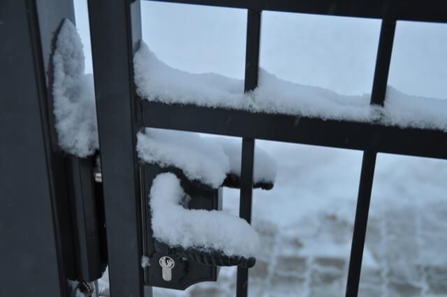 Zaun-Eingangstor im Winter
