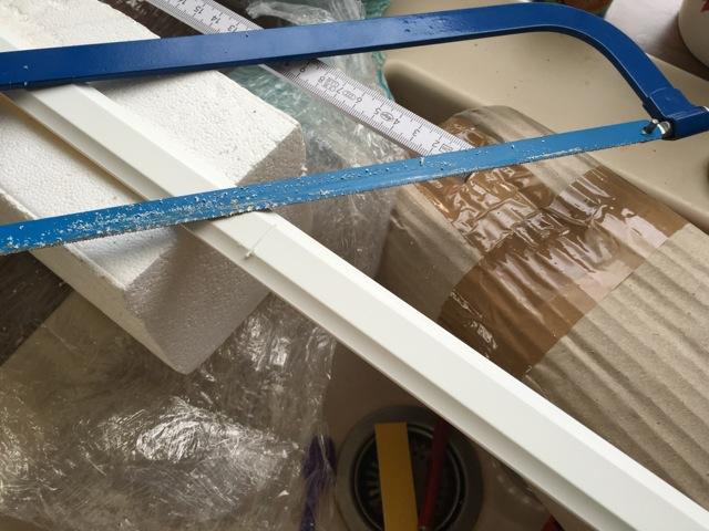 Fenstersprosse aus Kunststoff zurecht schneiden