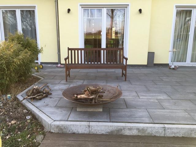 Feuerschale auf der Garten-Terrasse