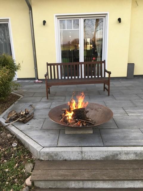 Lagerfeuer in Feuerschale auf der Gartenterrasse
