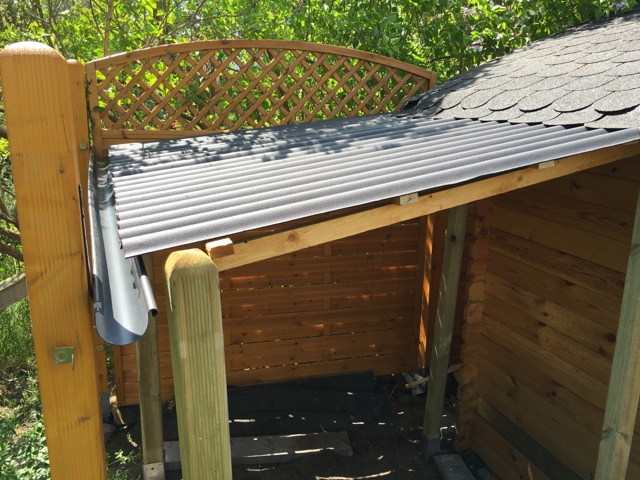 Holzunterstand am Gartenhaus günstig selber bauen