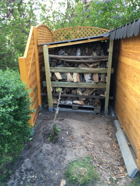 Schleppdach als Holzunterstand zum Brennholz lagern