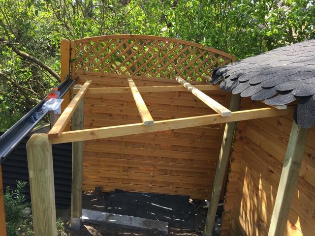 Schleppdach-Konstruktion des Dach mit Holz-Pfosten und Latten