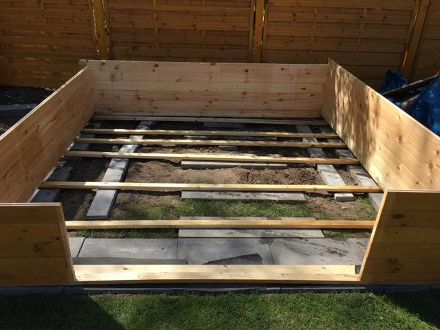 Unterbau aus Holz und Steinplatten für das Gartenhaus-