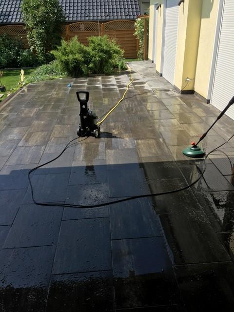 Mit dem Hochdruckreiniger die Terrassenplatten reinigen