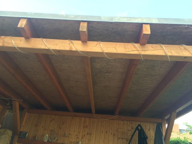 Terrassenüberdachung aus Holz - OSB-Platten mit Schimmel