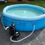 Schwimmbecken im Garten mit Sandfilteranlage als Pumpe
