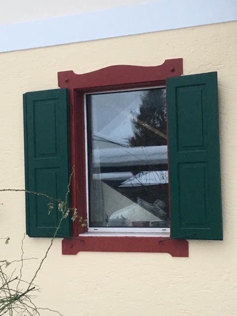 Fensterfaschen und Fensterladen österreichisch im Landhausstil