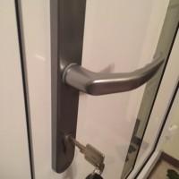 Ausgesperrt? Schlüsseldienst rufen! Auch bei neuer Tür?