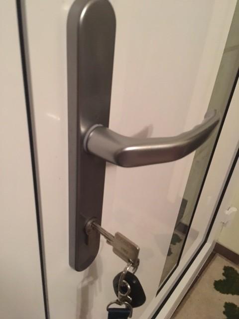 Haustür mit Schlüssel der von Innen im Schloss steckt