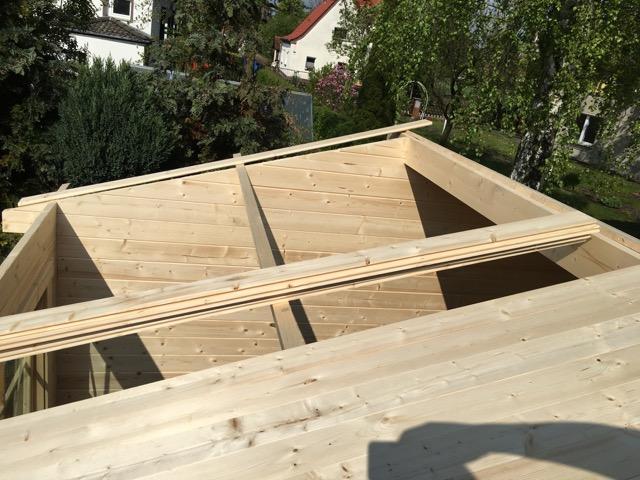 Das Dach wird ebenfalls aus Brettern erstellt
