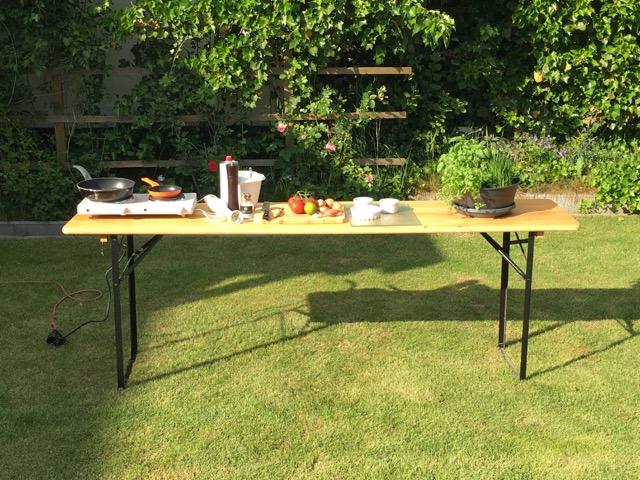 Tisch der Bierzeltgarnitur als Arbeitsplatte für die Outdoor-Küche