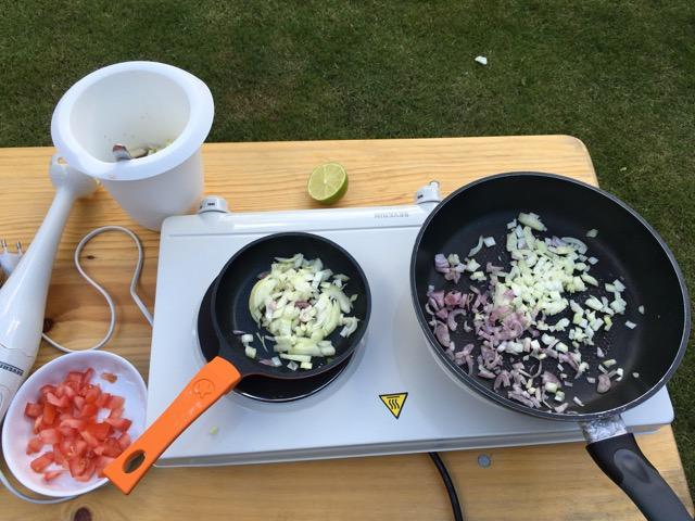 Doppel-Kochplatte - 2 Pfannen mit Zwiebeln