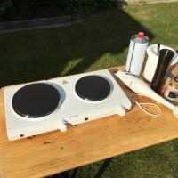 Günstige Outdoorküche für den Garten dank Kochplatte & Bierzelt-Garnitur